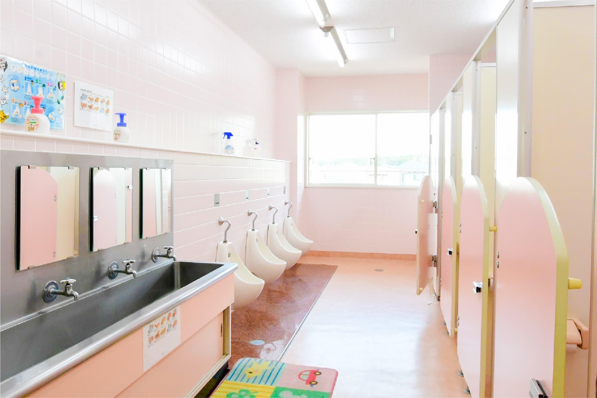 ピンクを基調とした明るいトイレ